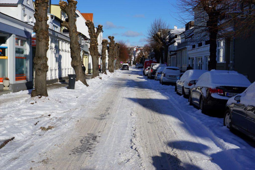 Friedrich-Franz-Straße im Winter mit alten Linden